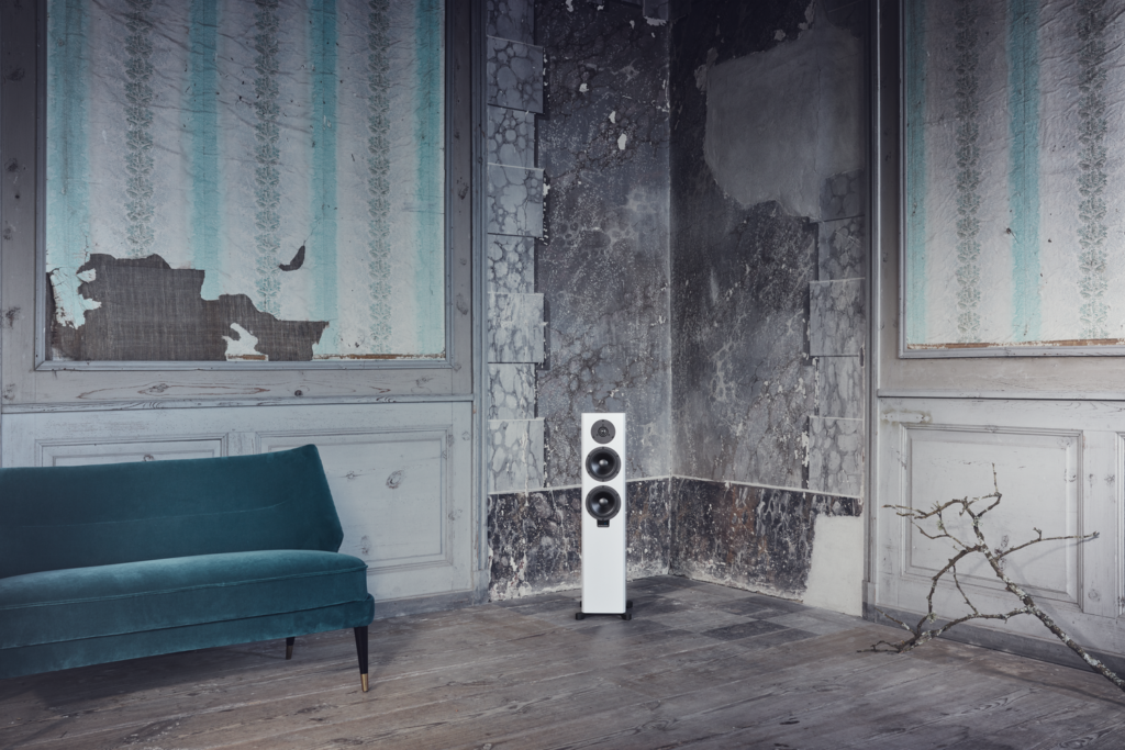 dynaudio xeo 30 white 02 - lifestyle